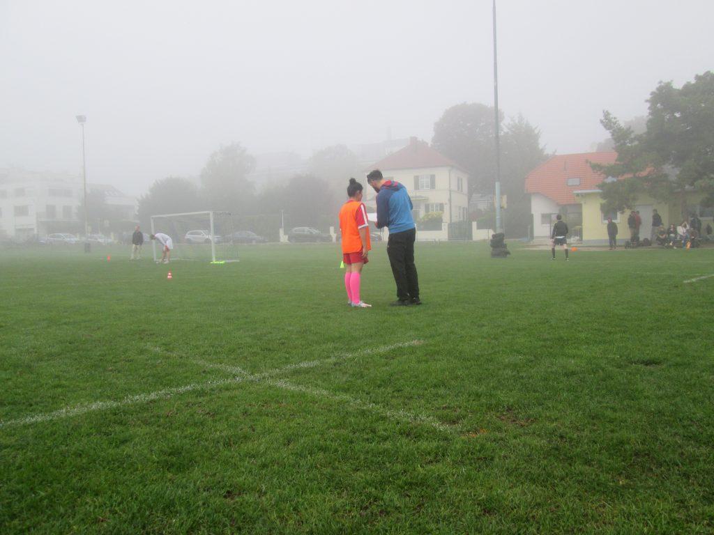 Schiedsrichter und Spielerin
